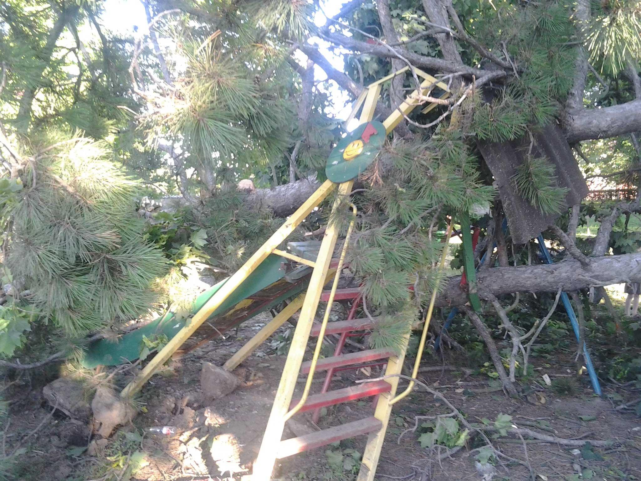 Зруйнована дитяча гірка і гойдалка на території школи мистецтв у Королеві