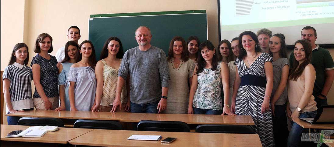 Тарас Олексик зі студентами та викладачами біологічного факультету УжНУ, Ярослава Гасинець