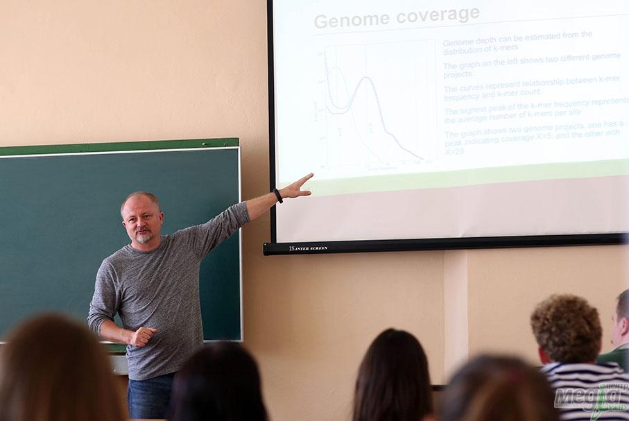 Тарас Олексик читає лекцію на біологічному факультеті УжНУ
