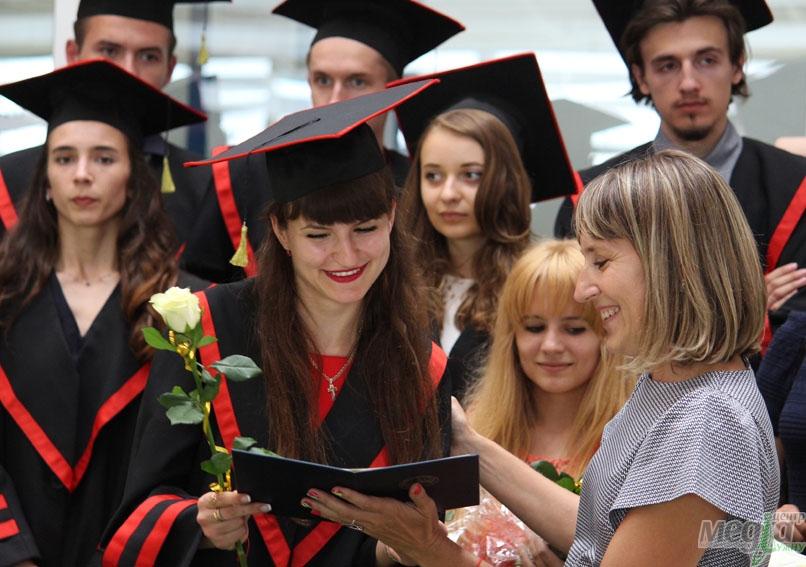 Галина Шумицька вручає дипломи випускникам УжНУ