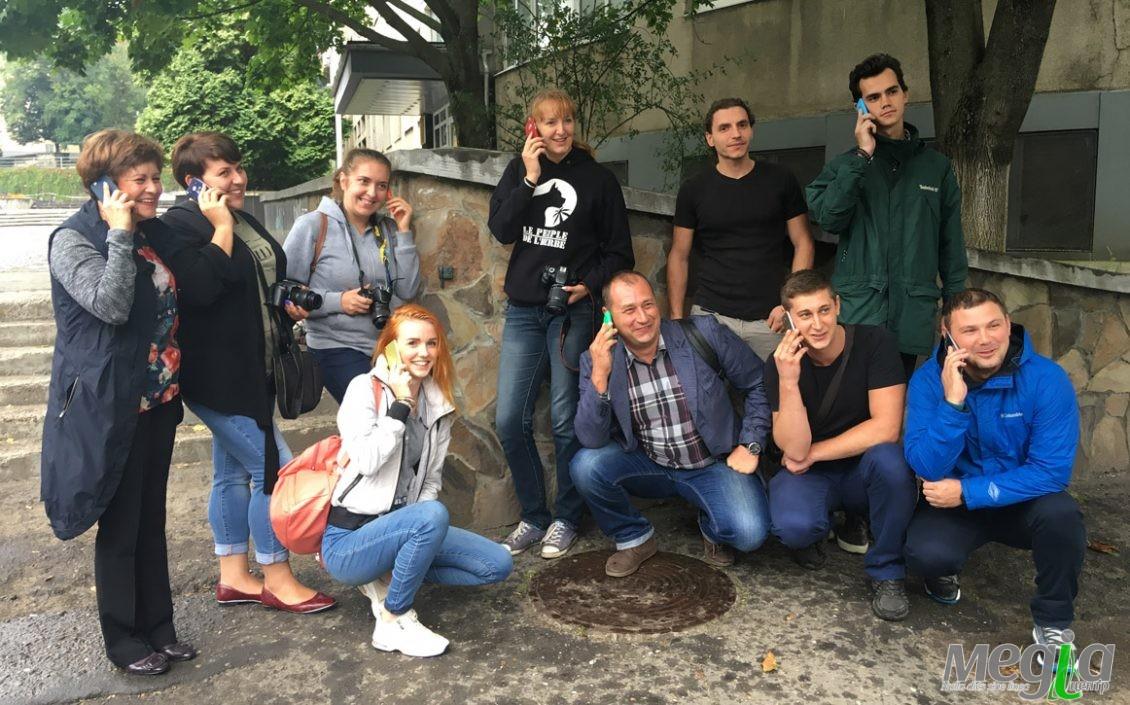 Біля міні-скультпутрки телефона в Ужгороді