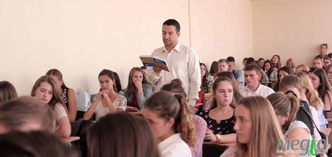 Тарас Ващук презентує книгу студентам ФІФу