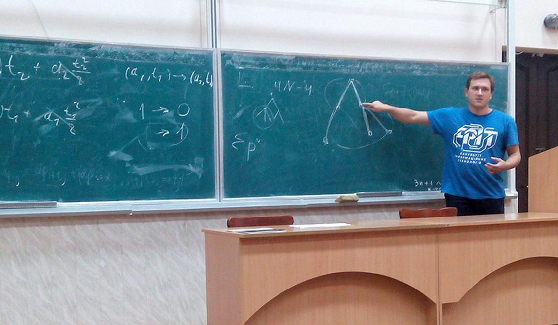 Аспірант факультету інформаційних технологій УжНУ Євген Задорожній після завершення змагань виконує розбір складної задачі для українських команд