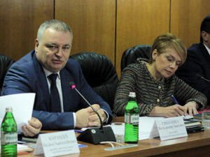 Володимир Смоланка і Лілія Гриневич під час круглого столу в УжНУ