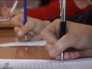 Пишуть радіодиктант єдності, ручка