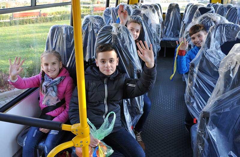 Школярі в новому автобусі