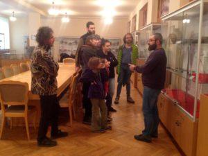 Володимир Мойжес проводить екскурсію в археологічному музеї УжНУ