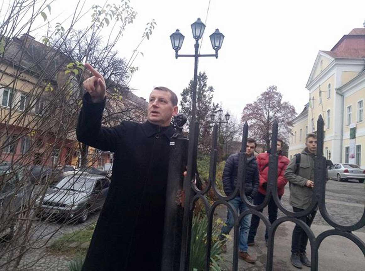 Роман Офіцинський пояснює, що знімає скульптурка засновника американського поп-арту Андрія Ворголи