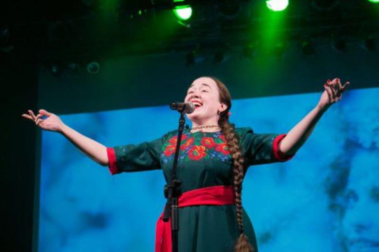 Ганна Данканич виконує українську народну пісню в Ізраїлі