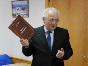 """Професор Химинець із першим примірником книги """"Освіта Ужгорода"""""""