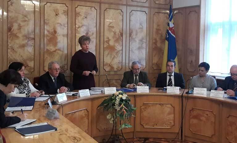 Ганна Сопкова виступає під час засідання колегії департаменту освіти і науки ОДА