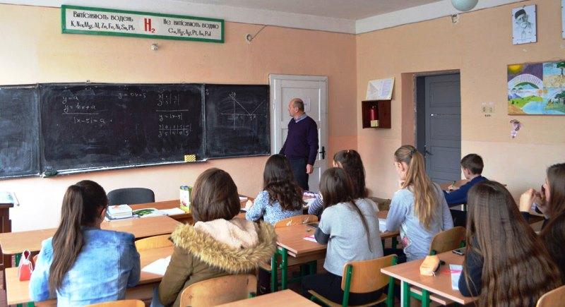 Михайло Повідайчик пояснює учням математичні задачі