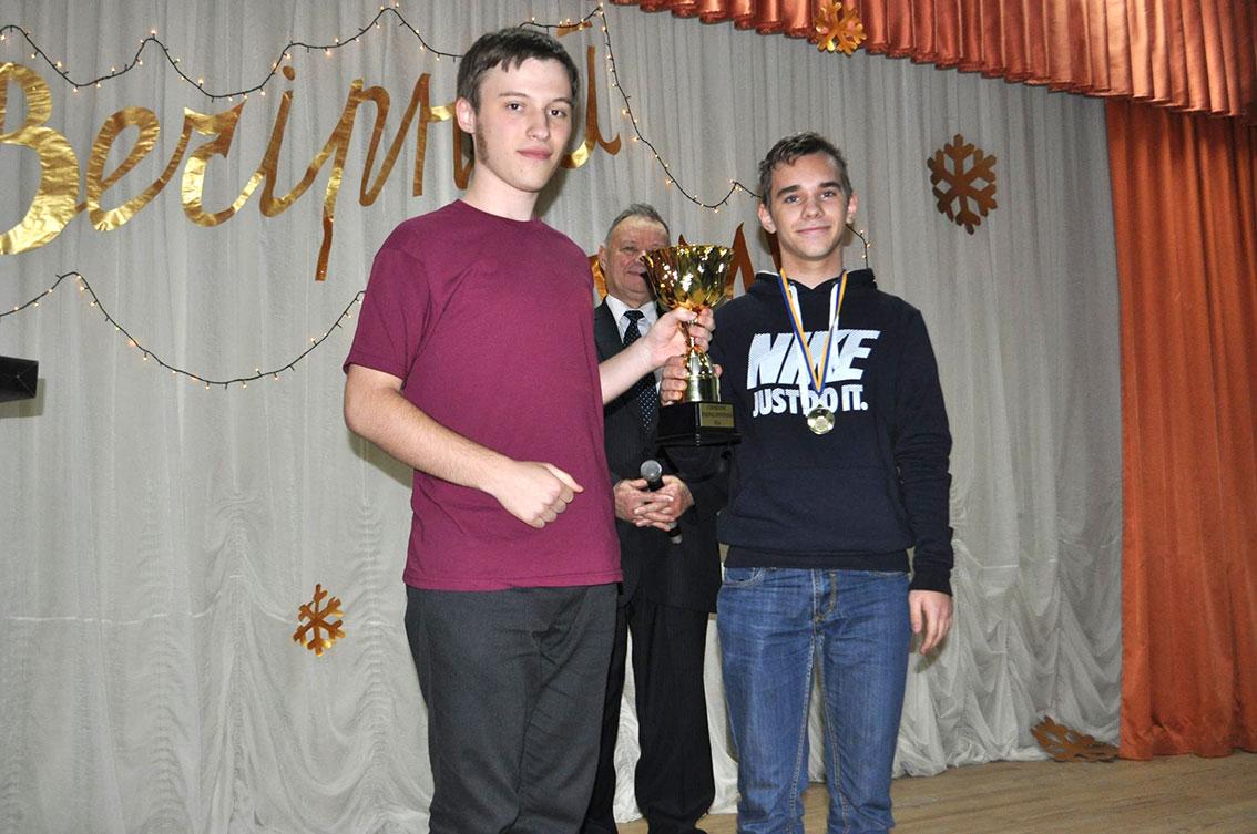 Антон Ципко вручає Кубок Кременчука Адальберту Макаровичу
