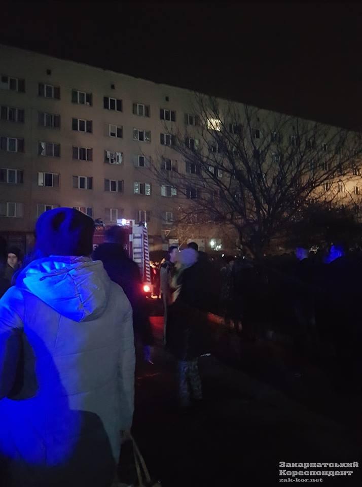 Люди біля гуртожитку УжНУ під час пожежі