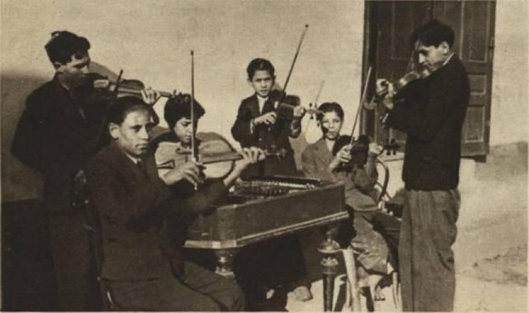 Музиканти грають біля школи