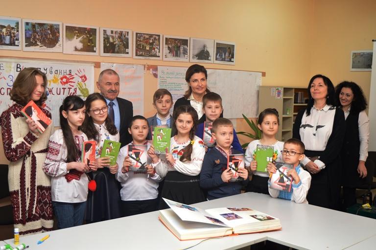 Марина Порошенко з ужгородськими школярами