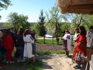 Студенти УТЕК КНТЕУ разом з музеєзнавцями Ужгородського Скансену засівали по-закарпатськи