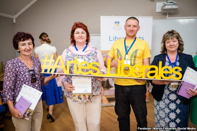Марія Федушка (крайня зліва) та Антоніна Мегела (крайня справа) під час програми Liberal Arts для вчителів від Української академії лідерства в Києві