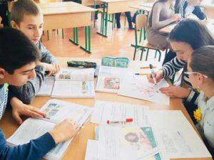 Учні школи в селі Тур'ї Ремети на уроці німецької мови