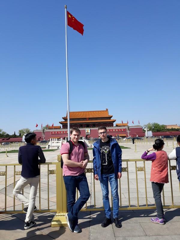 Євген Задорожній і Сергій Оришич на площі Тяньаньмень. Між ними – Мао Цзедун