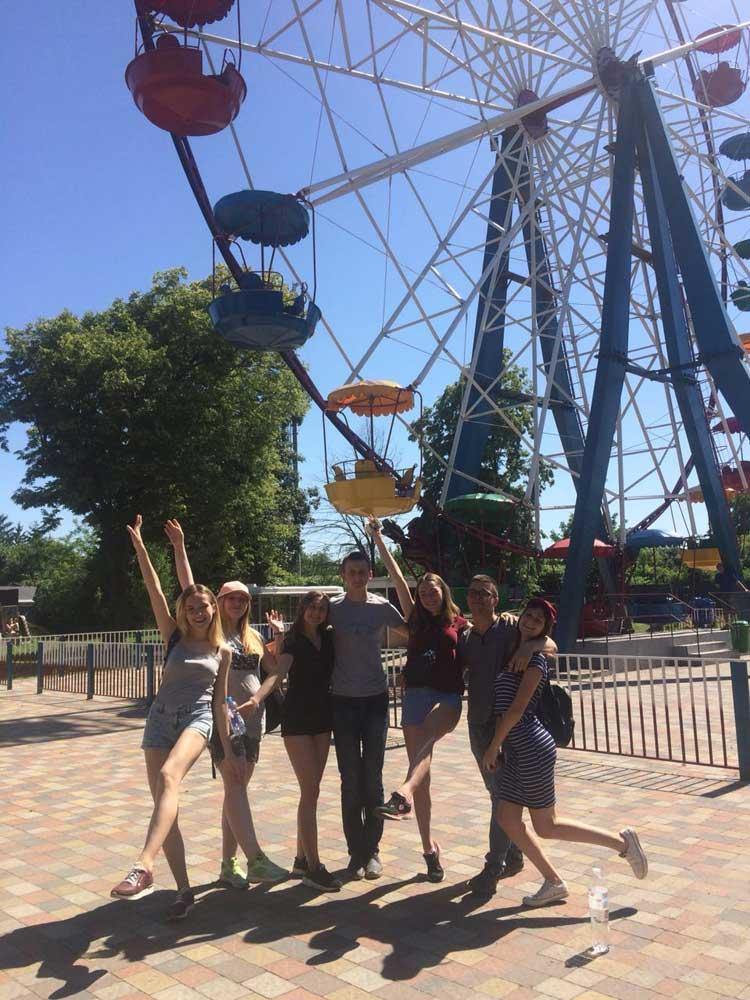 Завершилася екскурсія парком атракціонів