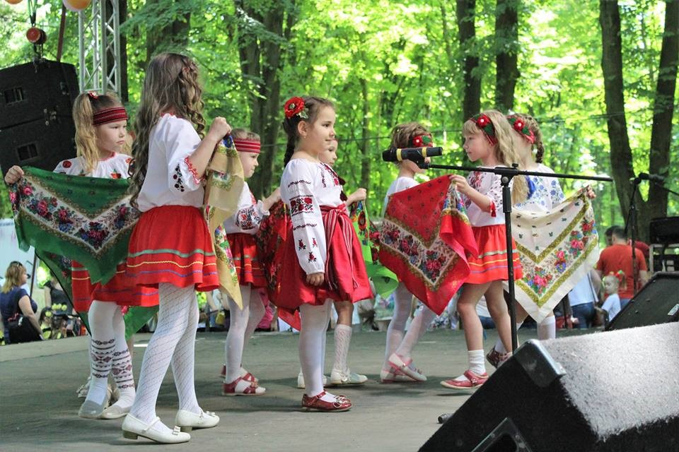 Дошкільнята виступають під час фестивалю «До-ре–мі-фа-солька»