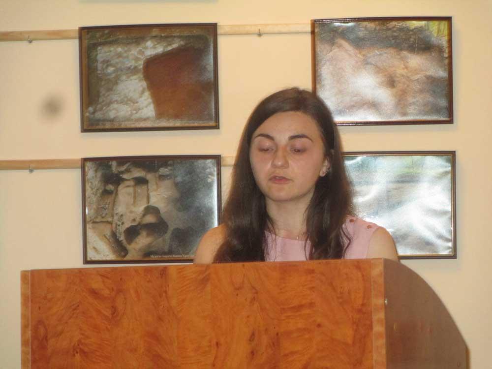 Ярміла Басараб виголошує основний тематичний реферат