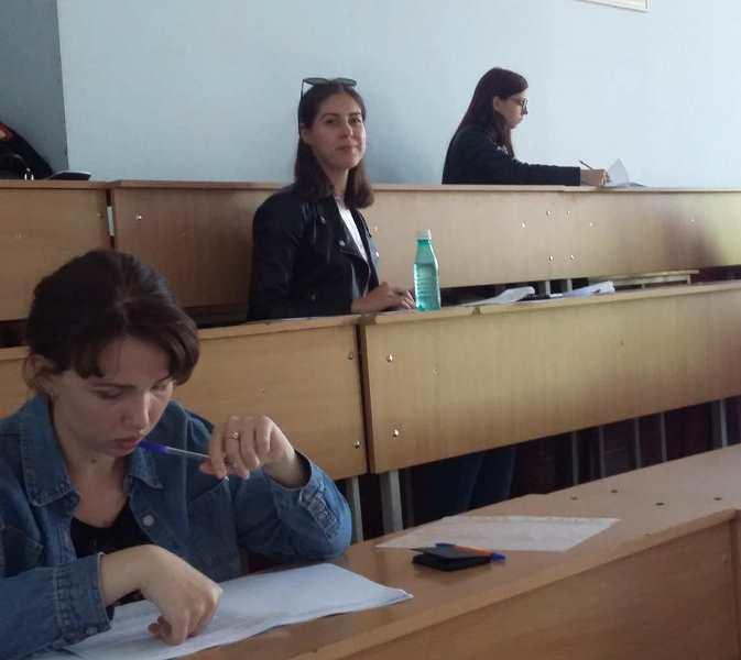 Валерія Мартин під час написання олімпіадної роботи в аудиторії