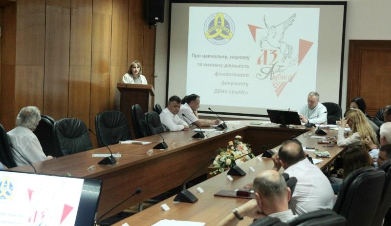 Декан філфаку УжНУ Галина Шумицька виступає на вченій раді університету