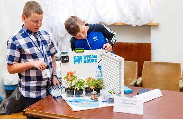 Юрій Роман (зліва) - юний винахідник із Довгого на Іршавщині
