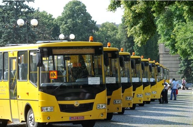 Шкільні автобуси біля ОДА
