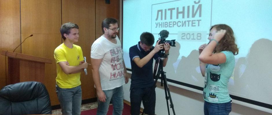 Віталій Завадяк проводить майстер-клас зі створення реклами