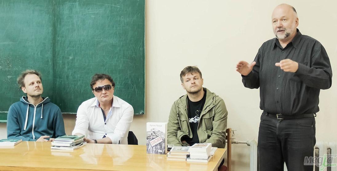 Андрій Курков на філфаку УжНУ. Михайло Рошко