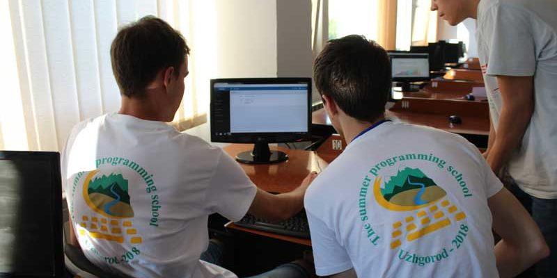 Програмісти під час розв'язування задач на Літній школі з програмування в Ужгороді
