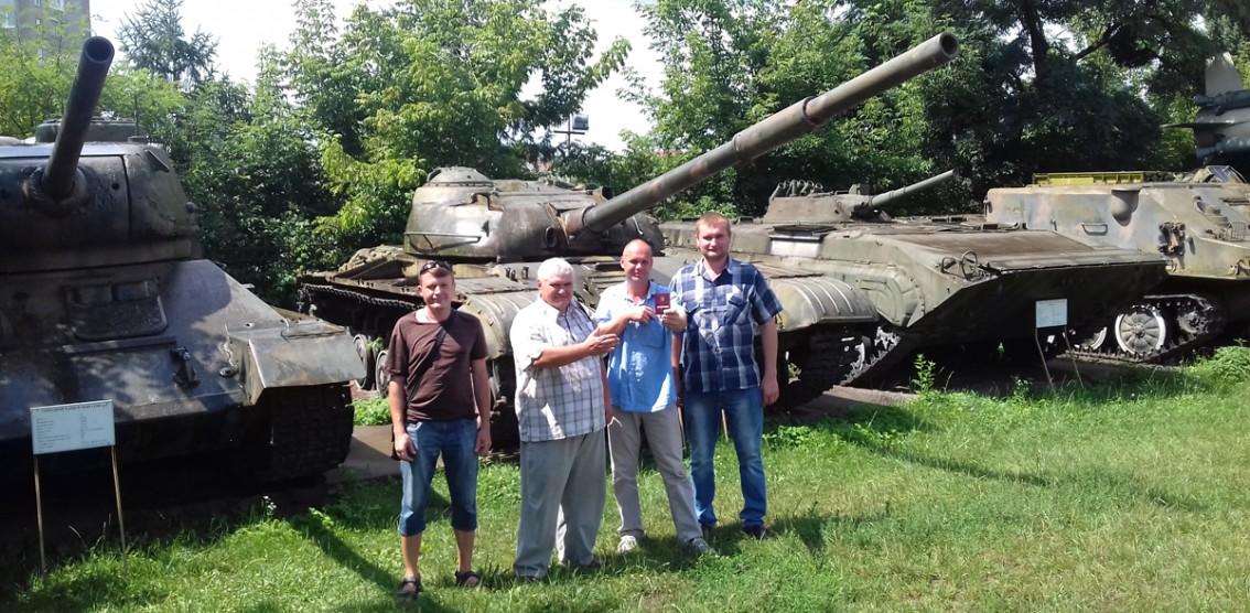 Ігор Прохненко біля танків на Волині