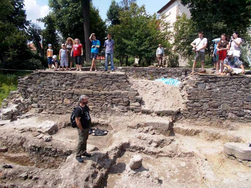 Розкопки в Ужгородському замку. Володимир Мойжес