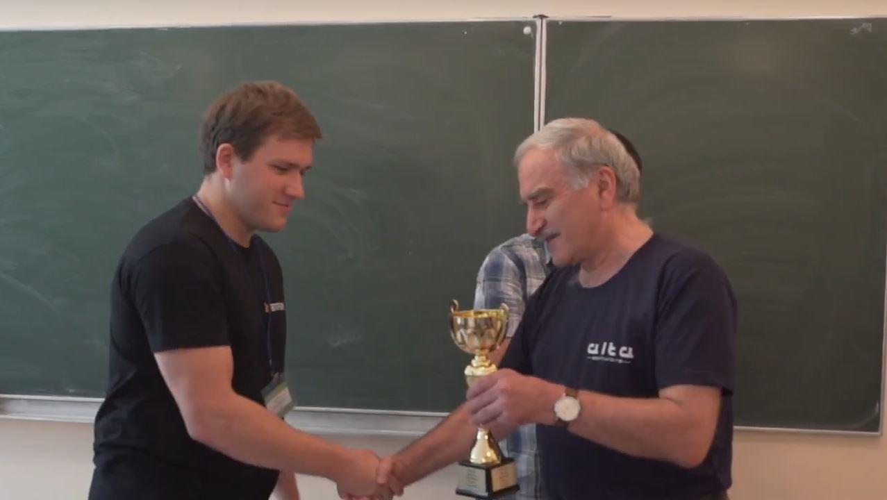 Теодор Заркуа вручає Кубок Векуа Євгенові Задорожньому
