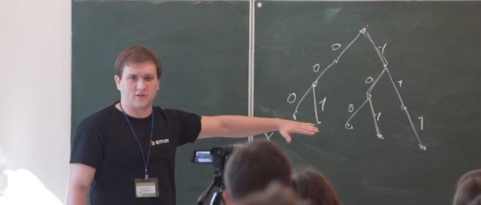Євген Задорожній читає лекцію під час Літньої школи з програмування в Ужгороді-2018