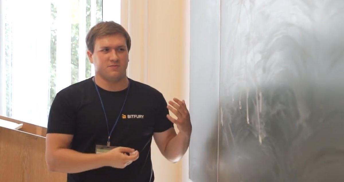 Євген Задорожній читає студентам лекцію про бітову магію