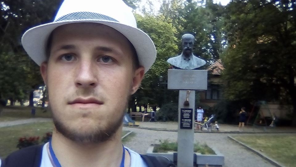 Біля пам'ятника Масарику