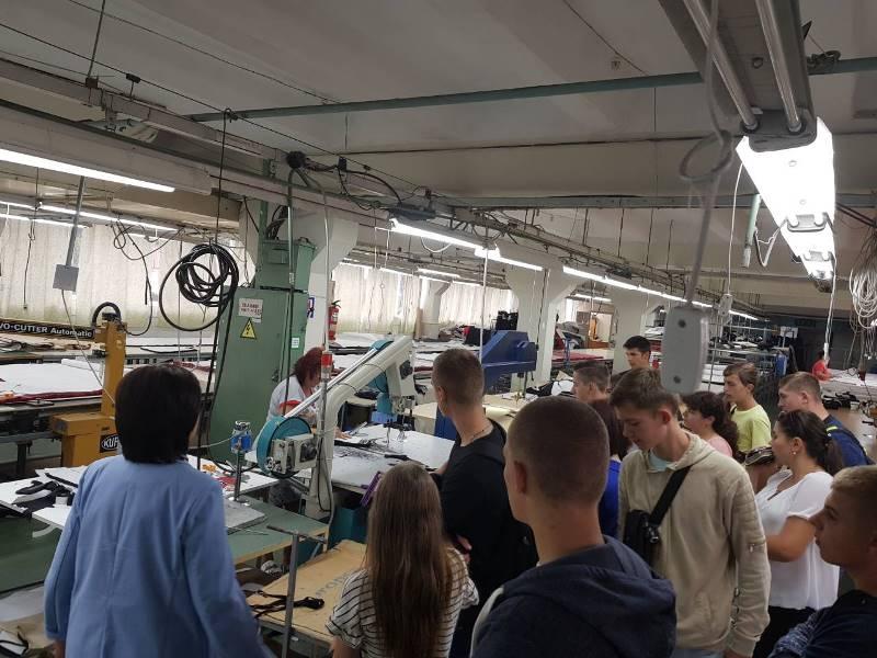 Студенти ознайомлюються з обладнанням на швейній фабриці