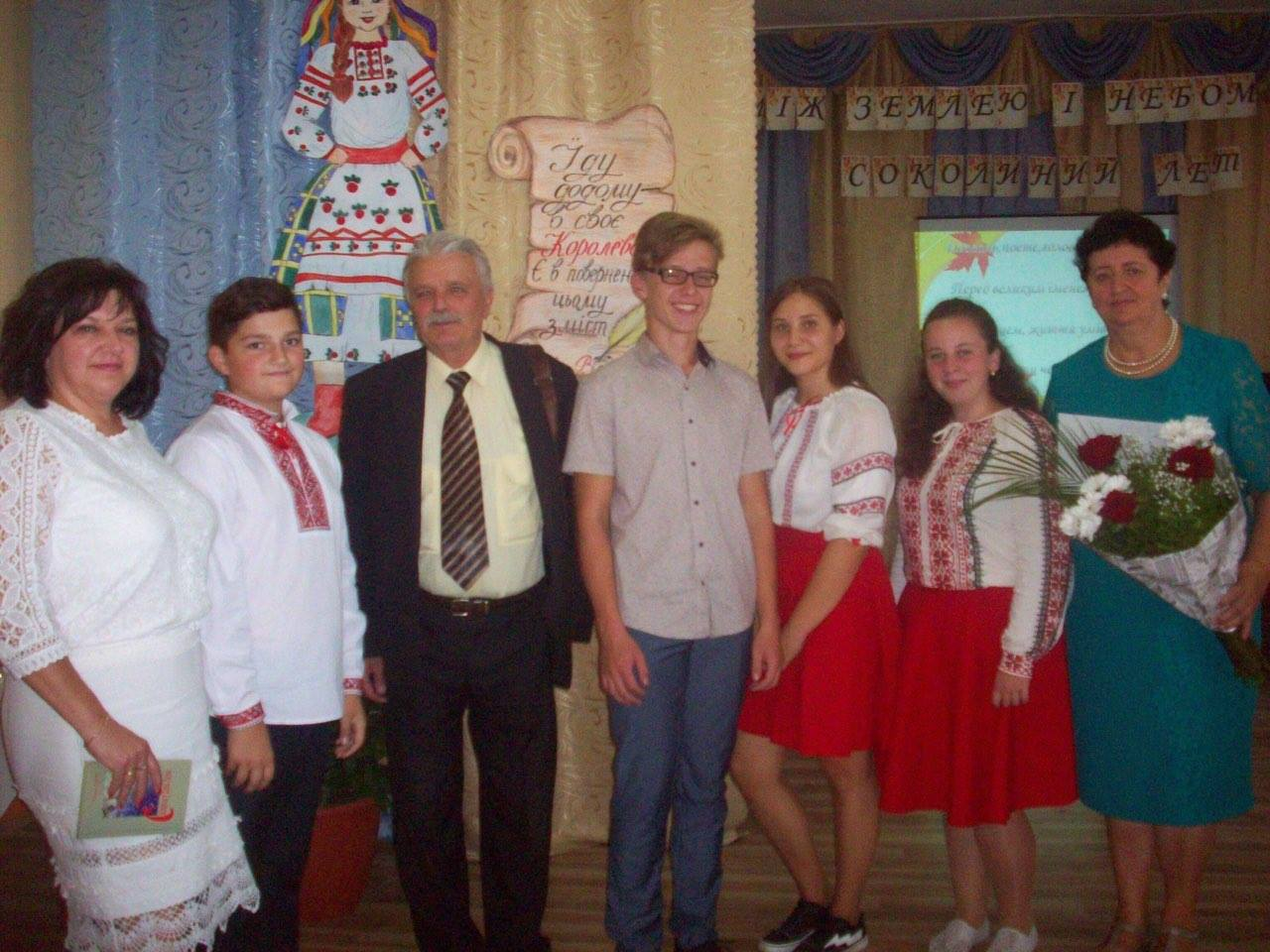 Василь Густі, Христина Керита з учнями й директором Королівської ЗОШ № 2