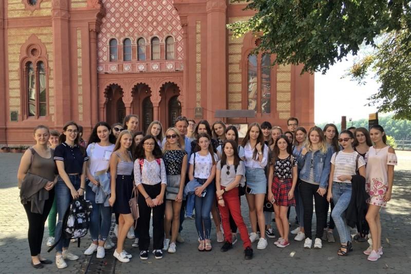 Студенти УжНУ біля обласної філармонії