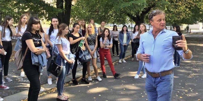 Михайло Рошко проводить екскурсію для першачків по набережній
