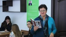 Христина Керита читає диктант із твору Василя Вароді