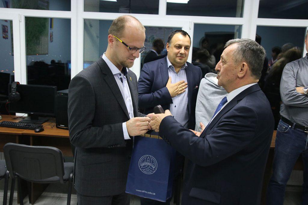 Олександр Сливка вручає подарунок Мартіну Нетоліцькому