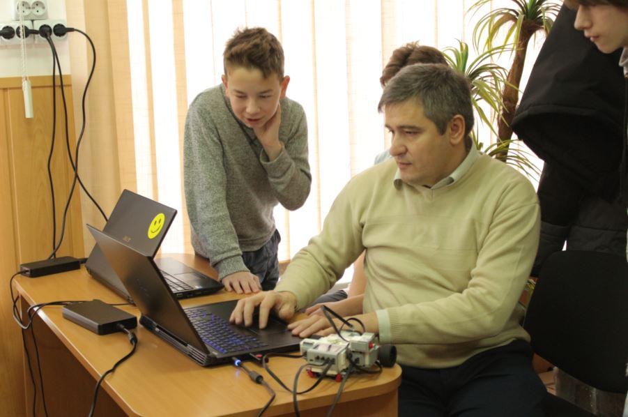 Учні вивчають основи програмування й робототехніку