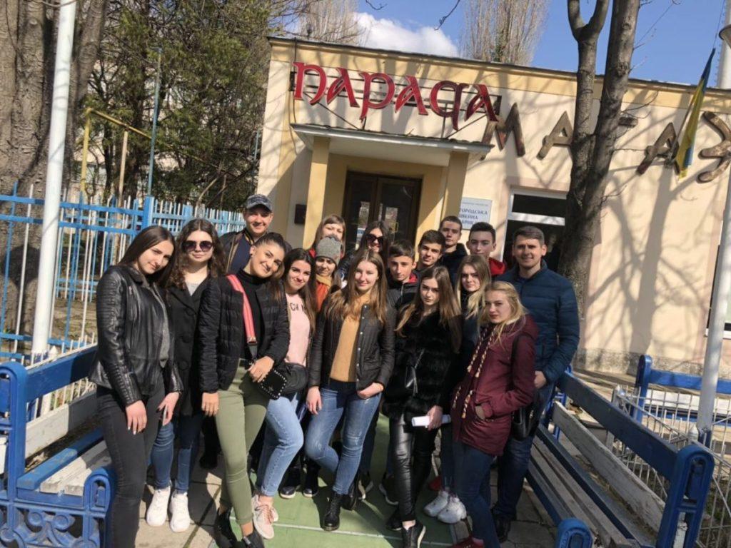 """Студенти Ужгородського торговельно-економічного коледжу біля """"Паради"""""""