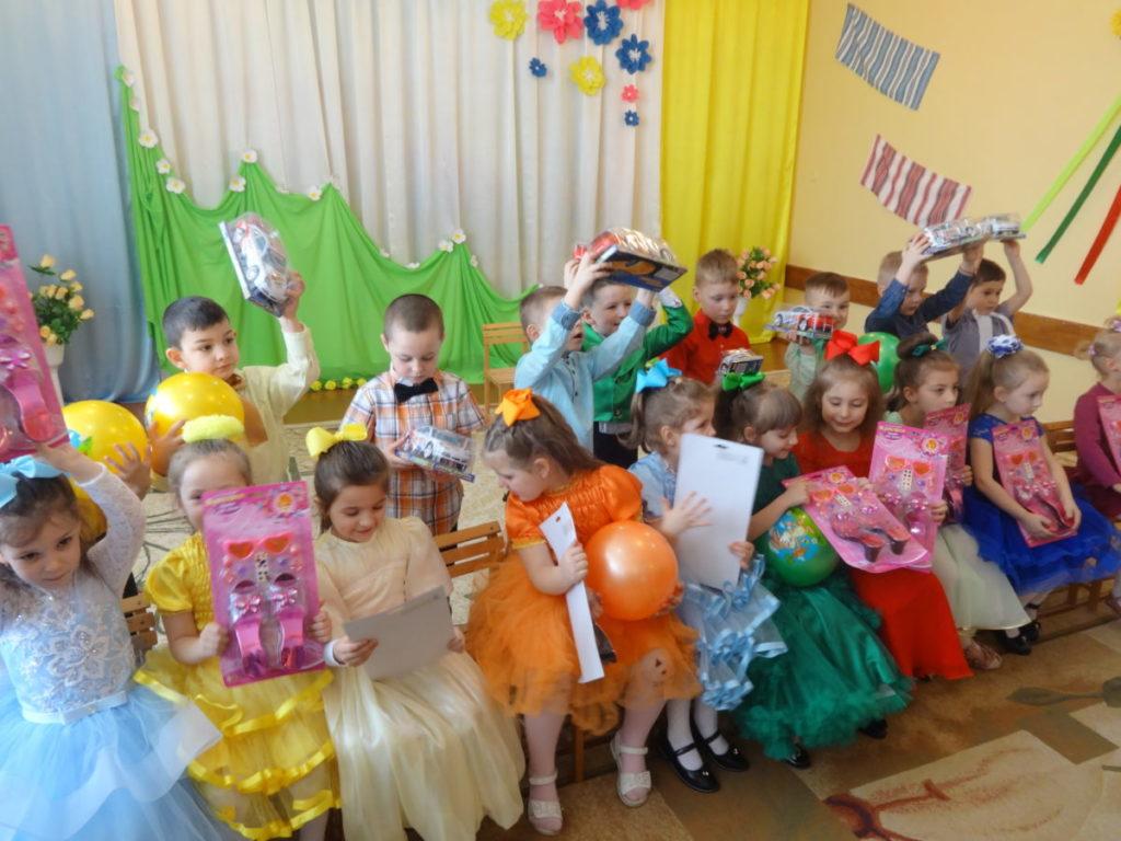 Дітки з подарунками