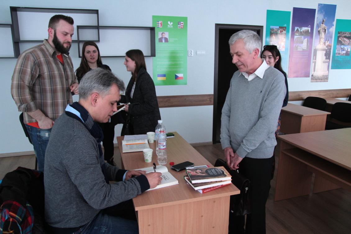 Автограф-сесія. Олександр Гаврош підписує книгу для Михайла Кондора